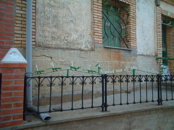 Bercianos del Real Camino: lizard railings